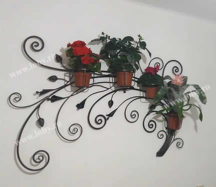 Suport din fier forjat pentru flori.